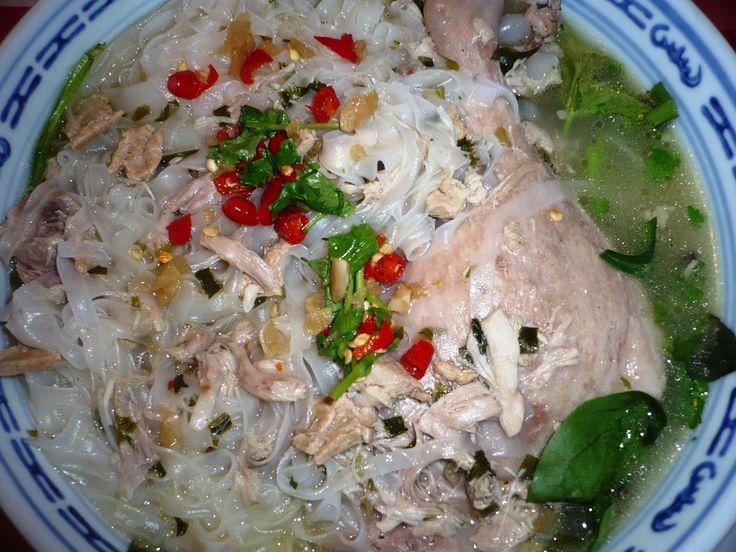 Vietnamese mihoen met bouillon van kip en eendenbout met vele soorten Vietnamese en Thaise kruiden.. Smakelijke groet, Tammy Wong - Koken Met Specerijen