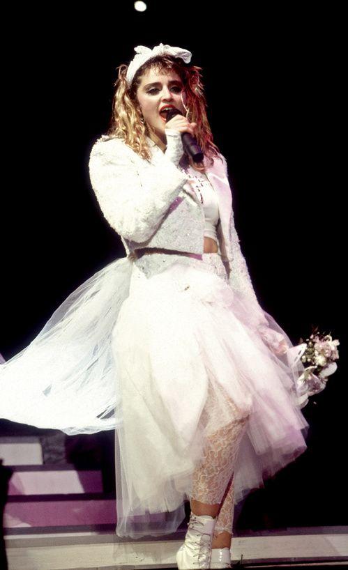 Madonna dans les 80's, croix et robe de mariée