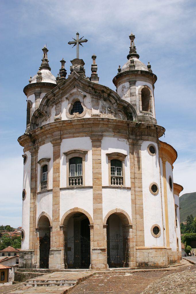 A Igreja de Nossa Senhora do Rosário, em Ouro Preto é um raro exemplar do…