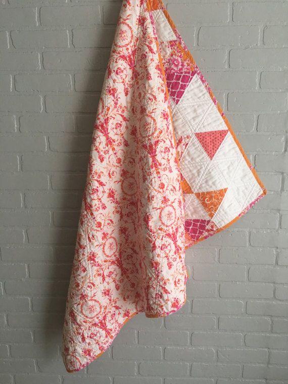 Il s'agit d'une courtepointe de fille de bébé doux, lumineux et moderne de blancs, oranges et noir des triangles roses soutenu avec un beau motif damassé et lié avec un tissu orange et rose vibrant.  PRÊT À ÊTRE EXPÉDIER !  34 x42.5», juste la bonne taille pour tout, de ce mois-ci photos étape à ventre à faire rentrer dans un sac à langer.  Ouate de coton chaud doux et naturel est cousu entre les couches de tissu en coton et fil.  Prélavé, doux et frais, prêt pour les dons et à l'aide…