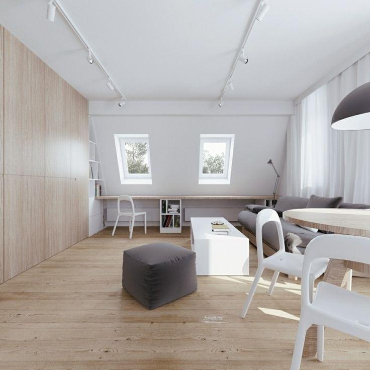 heller Holzbodenbelag, weiß gestrichene Wände, maßgeschneidertes Bücherregal
