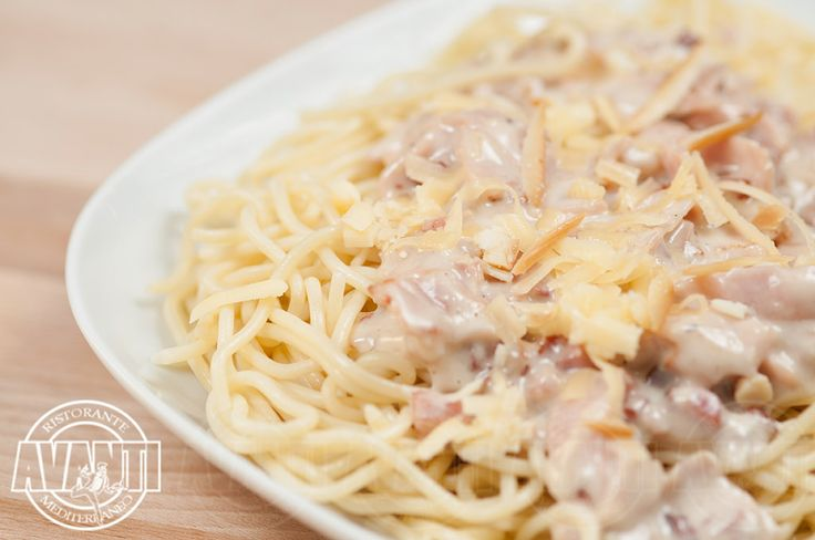 Maccheroni alla Carbonara (Macaroni pasta, cream, egg, ham, bacon, cheese)