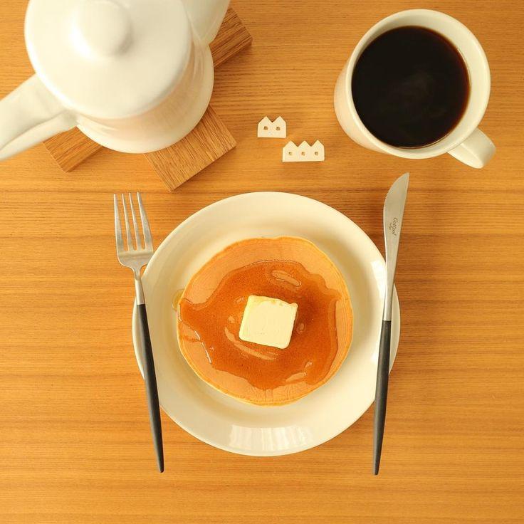 ハチミツとバター。 * シンプルといえば聞こえが良いですが、 トッピングが何もなかっただけという。 * * * 明日は雪が降るのかな。 * 寒いことは間違いないので、 暖かくして過ごしましょう。 * #morning#breakfast#朝食#朝ご飯#朝ごはん#あさごはん#朝ごパン#おうちごはん#pancake#pancakes#パンケーキ#coffee#珈琲#コーヒー#iittala#イッタラ#teema#ティーマ#月兎印#野田琺瑯#food#instafood#foodstagram#foodpic#foodporn#onthetable#暮らし#くらし#simple#シンプル