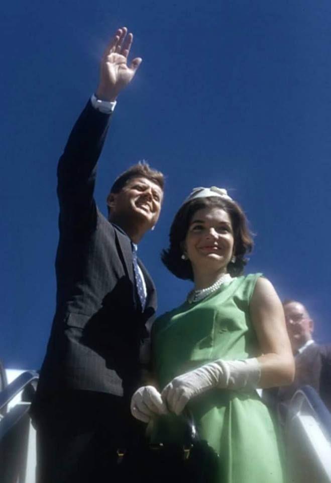 1960. Septembre. Peut être le 1er. Par Paul SCHUTZER. Logan Airport, Boston, Massachusetts. Senator Kennedy and Jackie
