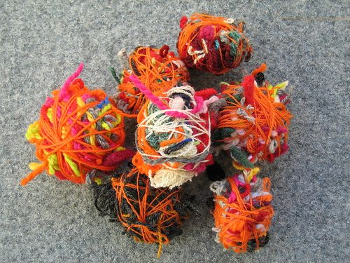 What do you do with your bits and pieces of wool-yarn?  I save everything...  ... and then I make colorfull balls for the kids to play with:...
