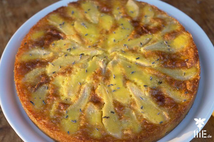 Das Rezept findest Du hier: http://11ie.de/birnenkuchen-mit-lavendel/ #backen #birnen #birnenkuchen #lavendel #kuchen #birnenkuchenmitlavendel #frankreich #provence #wildlavendelhonig