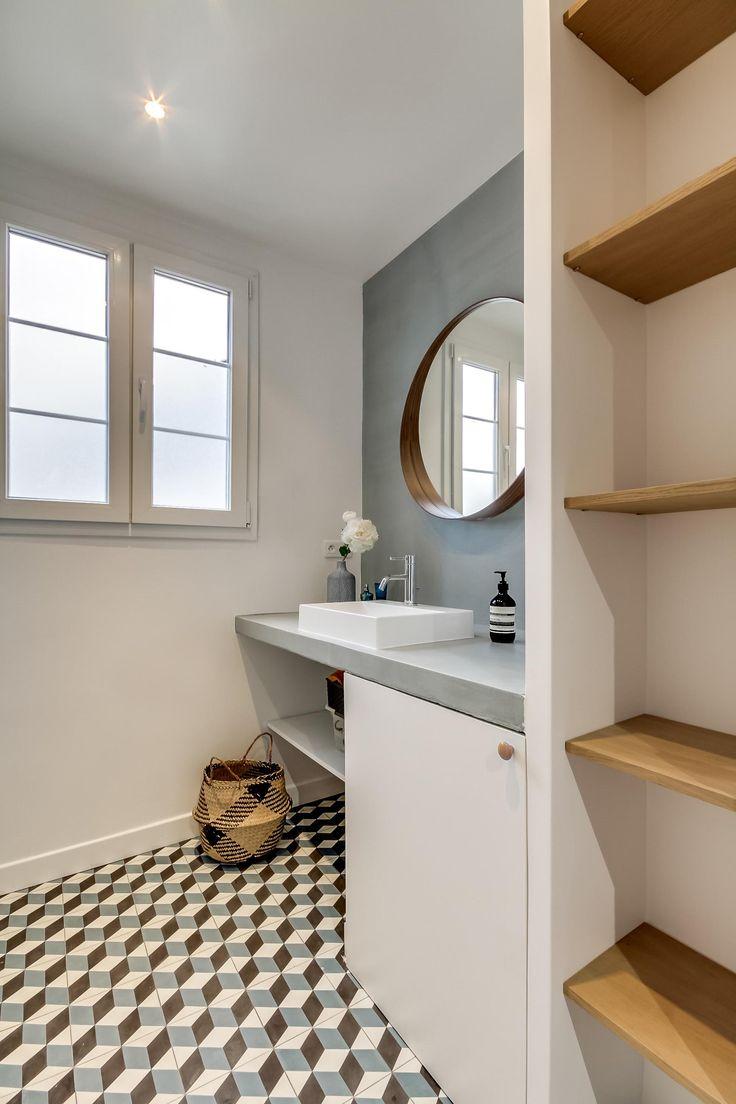 Salle de bains bleue blanche et bois avec carreaux de ciment assortis dans appartement entièrement réaménagé dans le 19e arrondissement de Paris par l'agence d'architecture d'intérieur Transition Interior Design
