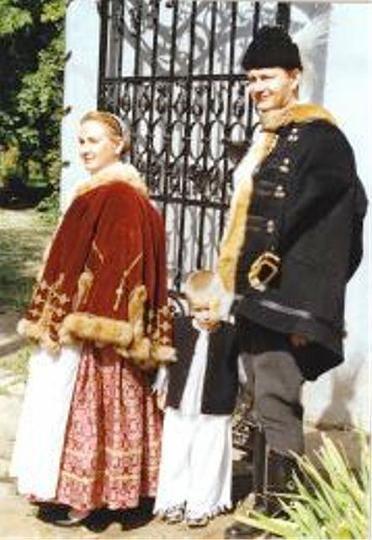 Jász viselet A jászok büszkék hagyományaikra, kulturális értékeikre és nem utolsó sorban nagyon vendégszerető emberek is.  A kistérségben sok hagyományőrző és kulturális rendezvény van. Mindegyiknek megvan a maga tradicionális és kulturális jelentősége.A jászsági nép viselete a XIX. század közepén virágzott. A férfiviselet régiesebb a többi alföldinél, a hosszú szoknyás női viselet hasonlít az alföldi mezővárosokéhoz, egyes parasztos vonásaiban viszont a palócokéhoz. A Jászság egyik…