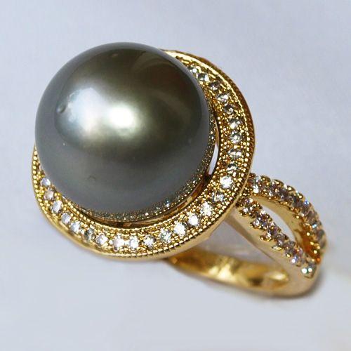 13mmと大粒のタヒチ黒蝶真珠。色合いは、グレーブラック。とてもゴージャスなリングです!