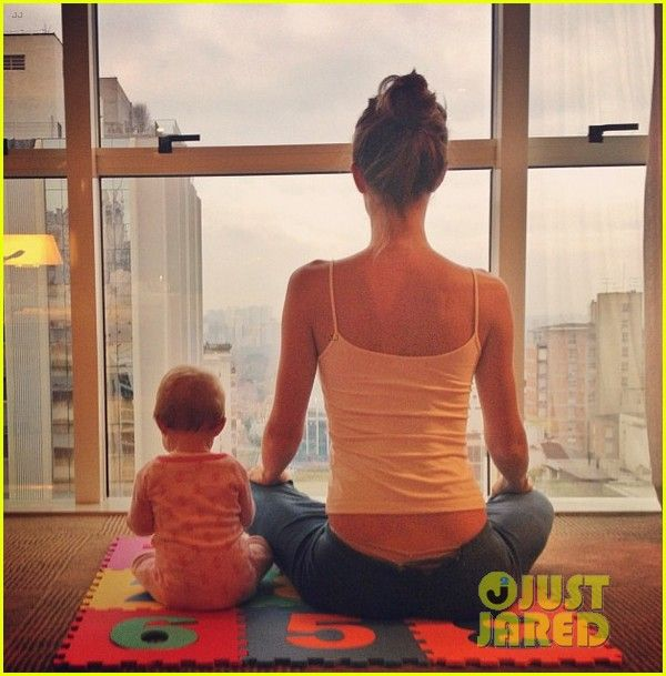 giselle bundchen doing morning yoga with her baby girl, vivian. so cute haha. – certaines choses que j'aime…