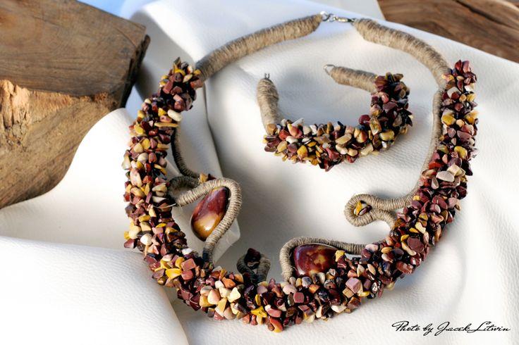 OCZAROWANA POKUSA - drobne kryształki jaspisu mookait i jaspisu (w komplecie z bransoletką)