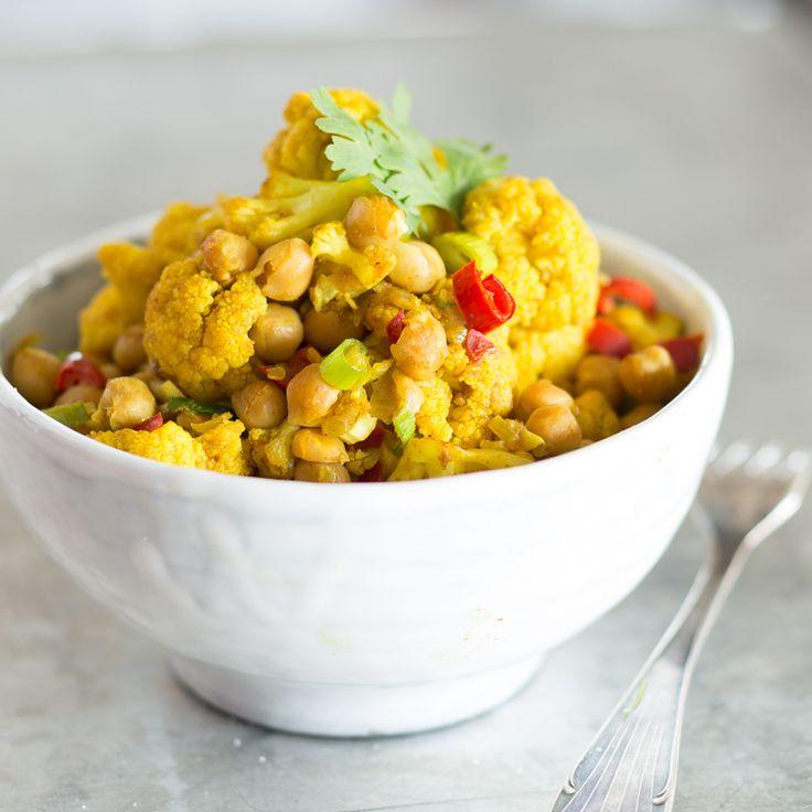 Viele Gewürze und Kräuter ergeben zusammen mit knackigem Gemüse ein veganes Curry der Extraklasse.