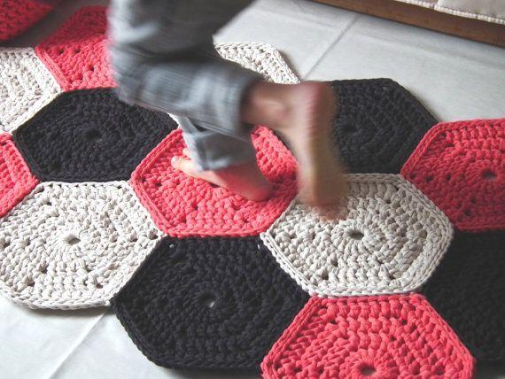 Items op Etsy die op Koraal gehaakte deken - kleurrijke deken - haak vloer tapijt - katoenen deken Mat - kinderen gehaakte deken - brei tapijt lijken