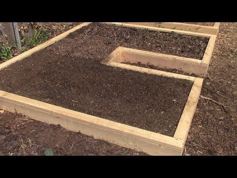 Building a Keyhole Raised Bed that Slopes Toward the Sun http://rethinksurvival.com/posts/how-to-build-a-keyhole-raised-bed-for-easier-gardening-video/