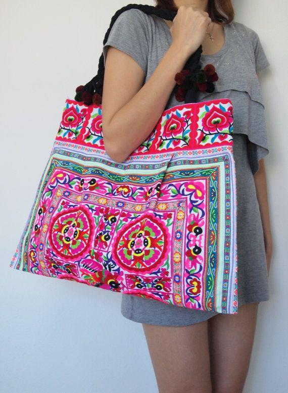 Ce sac est de style vintage et abritant des populations tribales Hmong de Thaïlande du Nord. Le sac est à létat neuf. Les mesures sont 21 pouces de large par 16 pouces de haut, nincluant ne pas les poignées.  S'il vous plaît noter que la largeur déclarée du sac mesure le bas (la partie la plus large) du sac non par le haut. Le sac que vous recevez peut-être très légèrement différer des photos.  Veuillez également noter que tous nos sacs sont bordées de noir en coton doux et ont une fermeture…