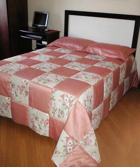 1 Colcha em Patchwork - Modelo MOSAICO - Casal Padrão (2,40 x 2,40m) - toda em Patchwork - em cetim de Decoração e Lugano - estampado e rosa - manta acrílica e forro em tecido oxford branco.  02 Capas de travesseiros ( 0,50 x 0,70m )