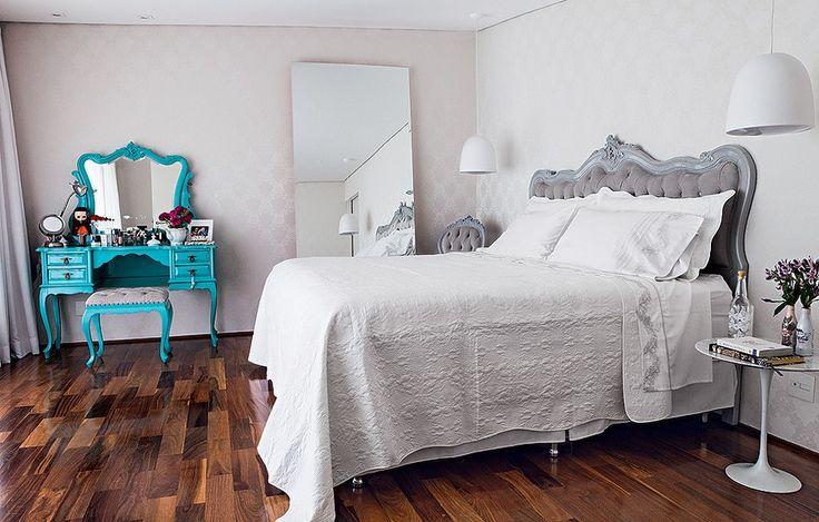 Se há um ambiente em que a tranquilidade precisa reinar, ele é o quarto. Camila Salek apostou no papel de parede claro. Antigos, a cama e a poltrona são cinzas, enquanto a penteadeira é azul-turquesa – um ponto vibrante, que não atrapalha a calma