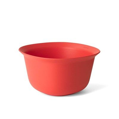 When you mix contemporary design and love for cooking, you these colourful mixing bowls. The smart rim on the bowl makes pouring easy, whilst the silicone base prevents slipping. Ideal for whipping, mixing or a salad. The bowl is easy to clean and dishwasher safe.