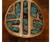 anillo tipo escudo reconstituido con distintas piedras  en este caso turquesas.los gastos de envío s...