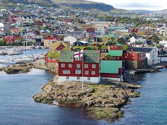 Tórshavn, Ilhas Faroé, Dinamarca. Localizada no meio do caminho entre a Islândia e a Noruega, as Ilhas Faroé são uma comunidade remota de pouco menos de 50 mil habitantes. Tórshavn é a capital. Lá, há mais ovelhas do que pessoas, por isso, esse pode ser um destino ideal para os amantes dos animais. Uma das atrações mais populares da cidade é o bairro histórico Tinganes, que era, e continua a ser, uma área central para acontecimentos políticos da ilha.  Fotografia: Reprodução.