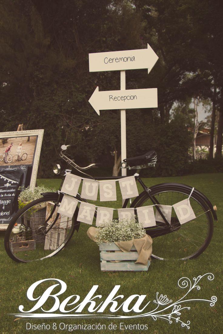 Hermosa decoración para bodas vintage. Una bicicleta, señalamientos y un letrero de recién casados, sencillo y simple.