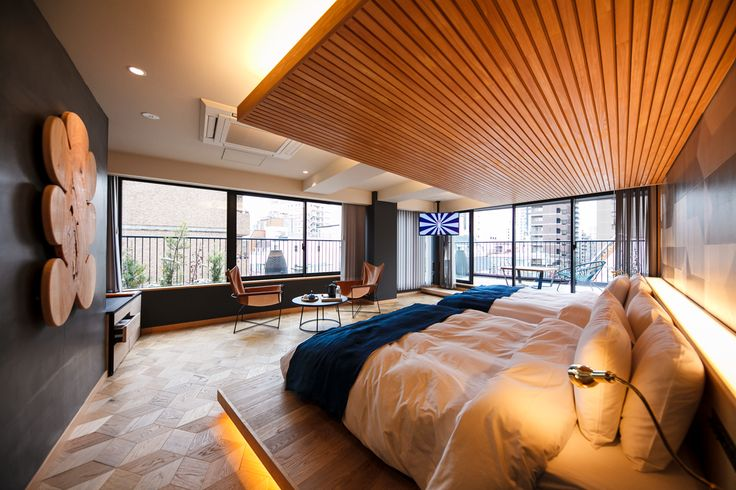 2020年の東京オリンピック・パラリンピックや、増加する訪日観光客に向けて様々なスタイルの宿泊施設が近年オープンしている。この特集では、2016年から2017年にかけてオープンしたホテルとホステルを厳選して紹介。エースホテルを手がけるポートランドにあるクリエイティブチーム、OMFGCOとコラボレートしたWIRED HOTEL ASAKUSAや、築90年の古民家をモダンに改築したゲストハウスtoco.、2号店Nui.の系列となるCitan、そして寝台列車の「北斗星」の車内備品を取り付けたホステルなど近年のホテルやホステルのスタイルは様々だ。