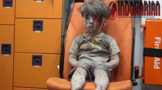 Bocah Suriah di Dalam Ambulans Foto seorang bocah berusia 5 tahun asal Suriah yang tertutup oleh debu dan darah saat sudah dievakuasi dari sebuah gedung yg  #beritahangat #beritaharian #CrewZ #infoterkini #infoharian #infodahsyat #beritautama #beritaterkini #beritaseru #IndoHarian #beritaupdate #Videopopuler #teknologi #kriminal #politik
