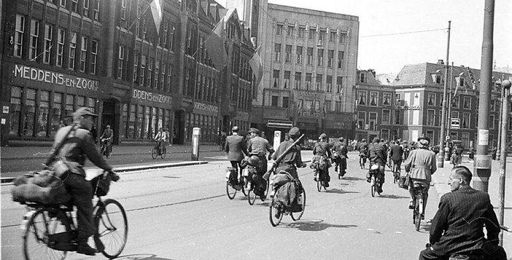 Duitse soldaten verlaten Den haag in 1945