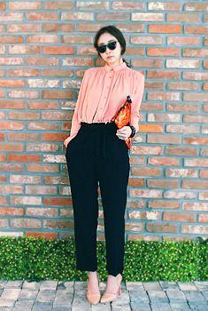 Today's Hot Pick :ウエストリボンワイドトラウザー http://fashionstylep.com/SFSELFAA0006614/aurajjp/out ウエストストリングで可愛く表現★ ワイドな幅感が大人っぽい印象を与えます。 シルエットはストレートフィットで綺麗な脚ラインを演出。 足元は旬なトンガリパンプスがイチオシ★