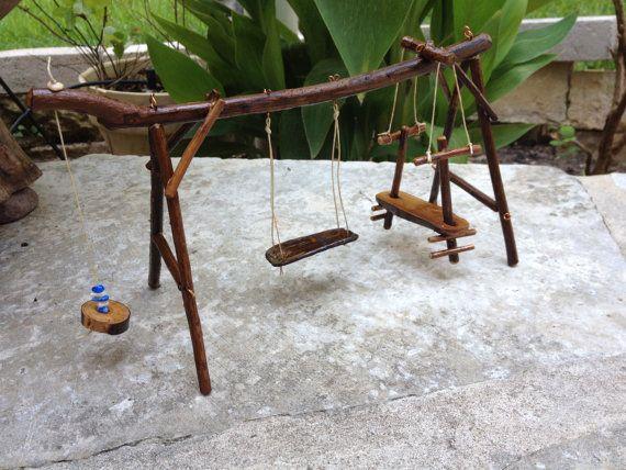 Cette balançoire jardin de fée complexe faite de parures de myrte de crêpe et Chinaberry. Les balançoires et les teter chanceler coup de fil ciré et