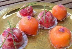 Bombones de jamón serrano Estos bombones los preparamos mezclando dátiles, nueces y queso crema. Cubrimos el interior de moldes de hielo con jamón y rellenamos con la pasta que hemos preparado. Cerramos bien y ¡Listos!