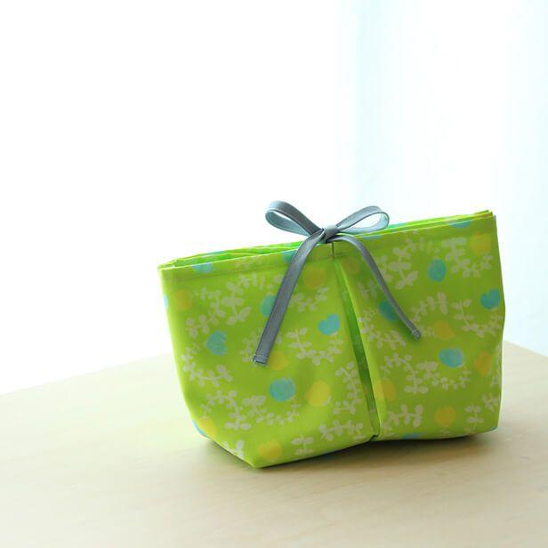 普段、出かけるときに荷物がバッグの中でバラバラになってしまって、「あ~、取り出しにくい~~(イライラ)」とか「あれ持ってくるの忘れた!昨日のバッグに入れたままだ…(涙)」ってなることがしばしば。特に困るのが、子どもとのお出かけのとき。子どものものって、どうしても細かいものが多くなりますよね。だから、必要なものがまとめて入れられるものが欲しいなと思っていました。仕切りがあれば、取り出しもしやすいなと。そこで考えたのが、この仕切り多めのバッグインバッグ。