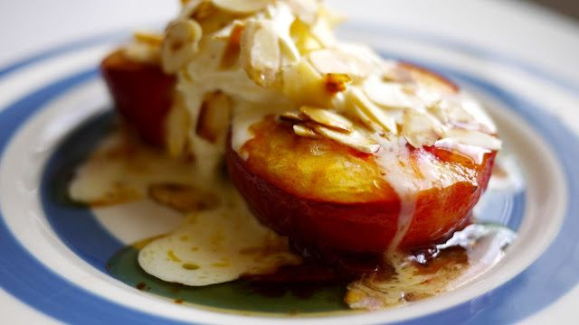 Peaches and honey: 4 peaches, Butter, 250 grams of mascarpone, 150ml of cream, 1 tablespoon vanilla extract, Flaked almonds