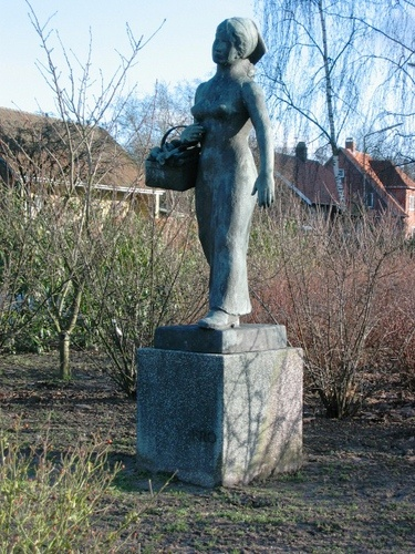 "This sculpture ""Fro"" (as written on the base) is placed in Fredericia, Denmark. It is the artist's wife Fro Vibeke, born Larsen (Fro is a very unusual name). She looks a lot like ""Struerpigen"" - so at least my guess is, that it is the same beautiful woman born 21st April 1903 in Struer with whom he married 31. July 1927."