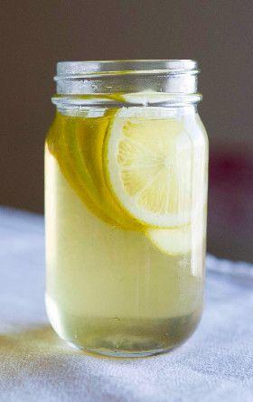 レモンビネガーシロップ     レモンの酸味が さわやかなシロップです。 ハーブティーに入れれば、 すっきりとした味わいになります。  材料 (作りやすい分量) レモン(国産) 2コ グラニュー糖 300g 酢 300cc 塩 少々 作り方 1 レモンに、塩をこすりつけて洗い、上下のヘタを切ります。 2 湯を沸騰させ、レモンを1分ゆでます。湯を拭き取り、幅2〜3ミリにスライスします。 3 保存容器を煮沸消毒します。レモン、グラニュー糖、酢を交互に入れ、全体をよく混ぜます。 4 常温で保存し、2日後からお使いください。レモンは、1週間たったら取り出します。 コツ・ポイント グラニュー糖が溶けきらずに残ってしまったら、底からかき混ぜてあげましょう。 レシピの生い立ち ハーブティーによく合う、甘いシロップを作りましょう。うすめていただいても、紅茶に入れてもおいしくいただけます。