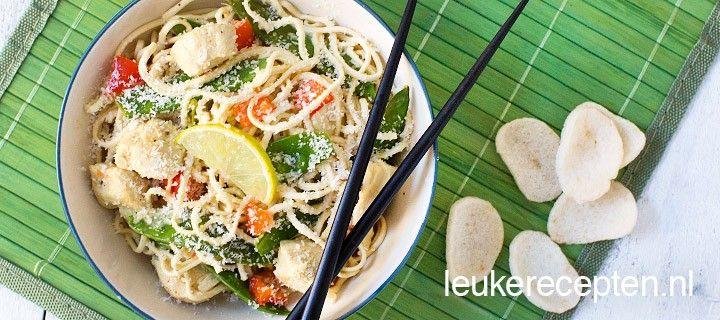 Noodles met kokos en limoen Fris en zomers gerecht met noodles, kip, kokos en limoen voor een thaise twist