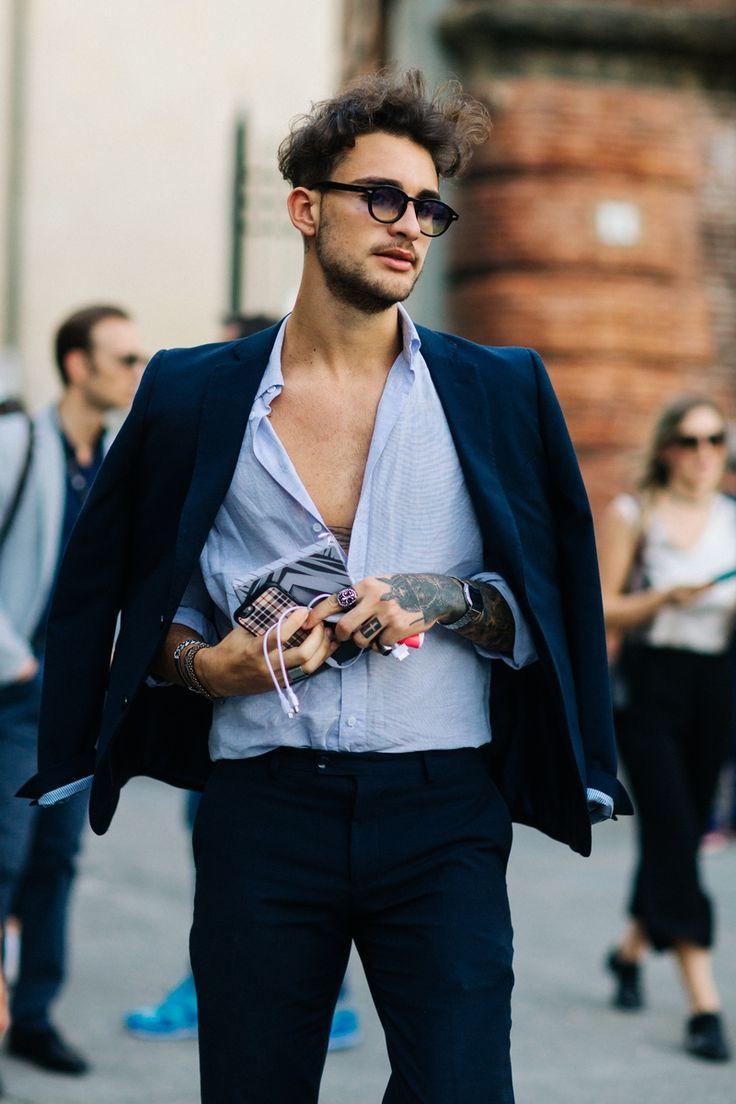 A Pitti Uomo, uma das principais feiras de moda masculina do mundo termina hoje (17.06), depois de receber convidados para apresentações e desfiles em Florença, na Itália, desde terça-feira, dia (14.06). O estilo clássico e superelegante típico da moda made in Italy ganhou input de cores vibrantes, informalidade e criatividade de um público mais jovem, atraído pelos desfiles de Raf Simons e Gosha Rubchinskiy, novidades do line-up desta edição. Veja abaixo os destaques do street style dos…