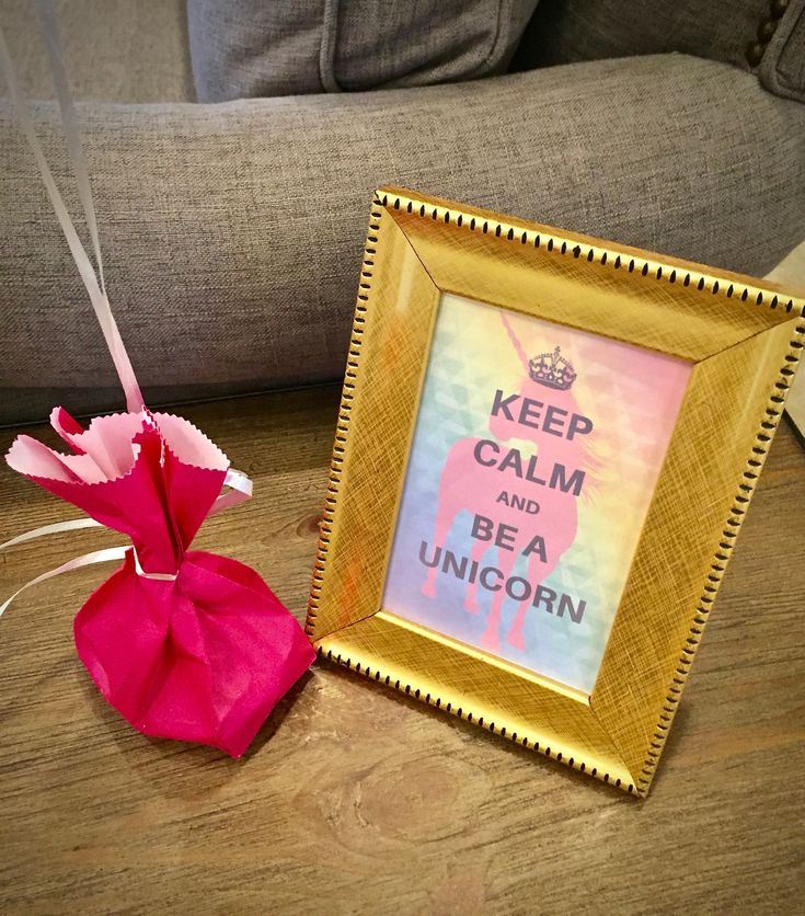 Check out these cute, simple and FREE unicorn party printables - invitations, treat bag tags, customizable banner.. and gorgeous glittery cake topper!