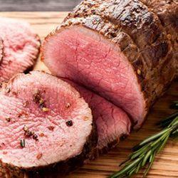 1. Verwarm de oven voor op 150ºC. Haal het vlees uit de koelkast en laat het op kamertemperatuur komen. 2. Maal ondertussen de kaneel en kruidnagels in een vijzel tot een poeder. Rasp de schil van de mandarijn en citroen boven de vijzel. Hak de rozemarijnblaadjes fijn en voeg toe aan de vijzel. Voeg een flinke mespunt peper en zout toe aan de nootmuskaat. Schep alles goed om. 3. Leg ondertussen de laurierblaadjes in het midden van een braadslee, leg het vlees erop en wrijf het vlees in met…
