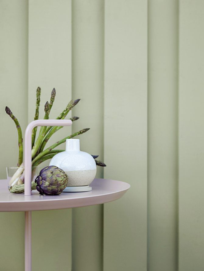 Any color will look more intense when on a large facade, therefore, choose a more subtle hue than you would expect for an elegant look. The wallpaint used is Alcro Arkitekt Lind. Styling: Emma Wallmén, photo: Klas Sjöberg.