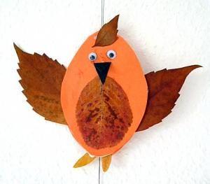 Vögel aus Blättern und Bierdeckeln