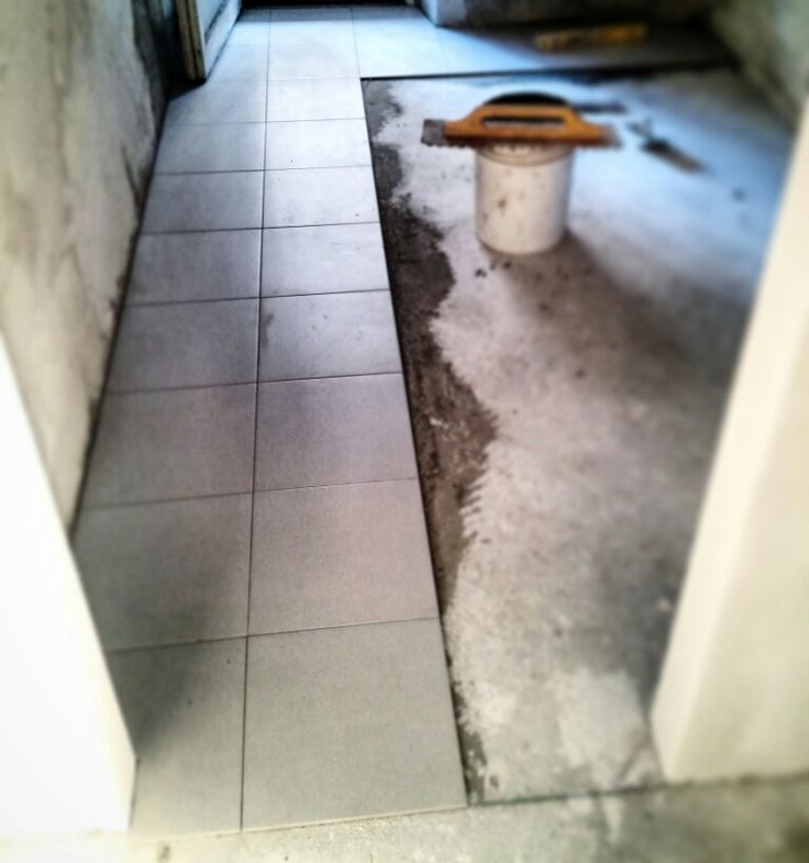 posa #pavimenti cucina in #gres #EffettoCemento in formato #quadrato 33x33