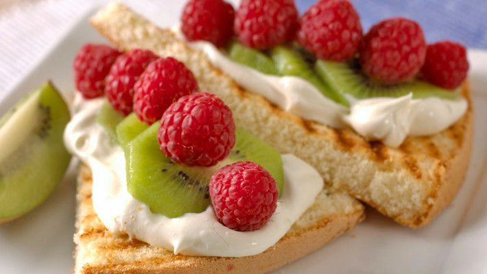 Grillet kake med frukt og bær
