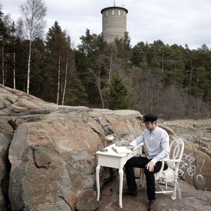 Kallholmen skrivbord från vår serie Rosgården och vår stol Vilhelmina på de vackra klipporna nedanför vårt hus.
