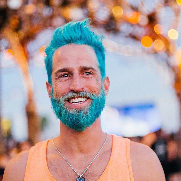Home com barba e cabelos coloridos: