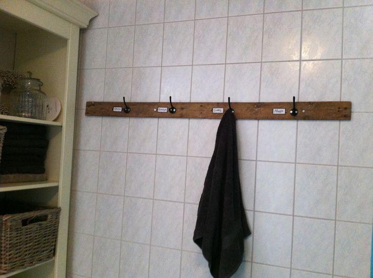 Ieder een eigen haakje in de badkamer.