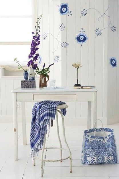 Wall decor is the Blue Fluted Mega design. A collection by Royal Copenhagen.