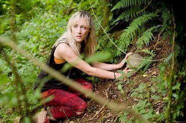 How I live now - Patnáctiletá Daisy (Saoirse Ronan) žije celkem běžně komplikovaný život - má deprese, vztek na všechny a trpí sebepoškozováním. Rodiče ji proto pošlou z New Yorku k tetě Penn na anglický venkov. Po prvním odmítání všech a všeho si Daisy uvědomí, že…