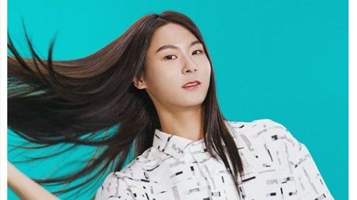 Terkenal Punya Rambut Panjang dan Indah di Produce 101 Season 2, Jang Moon Bok Kini Jadi Model