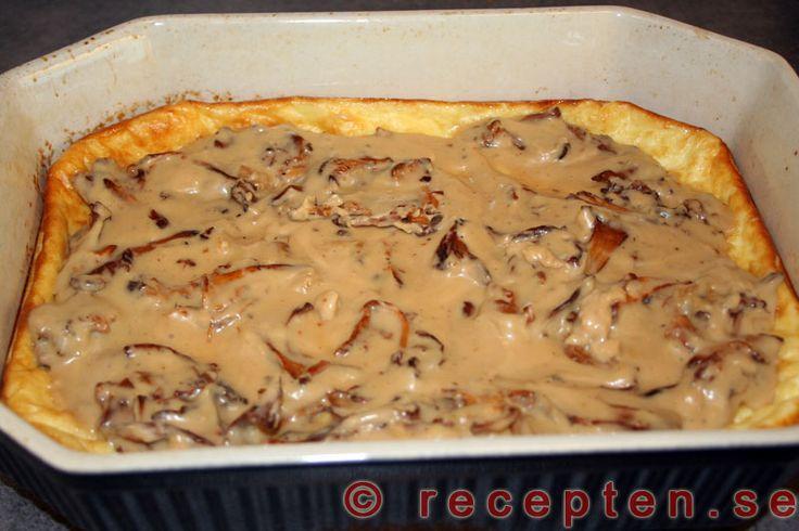 Ugnsomelett med svampstuvning - Recept på min mormors goda ugnsomelett med svampstuvning. Enkelt recept med bilder steg för steg.